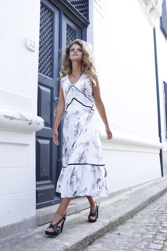 Vestido Largo Estampado con Escote en Pico BEAU.