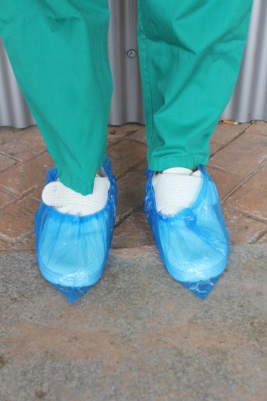 Fotografía de los cubrezapatos desechables azules 402i D.