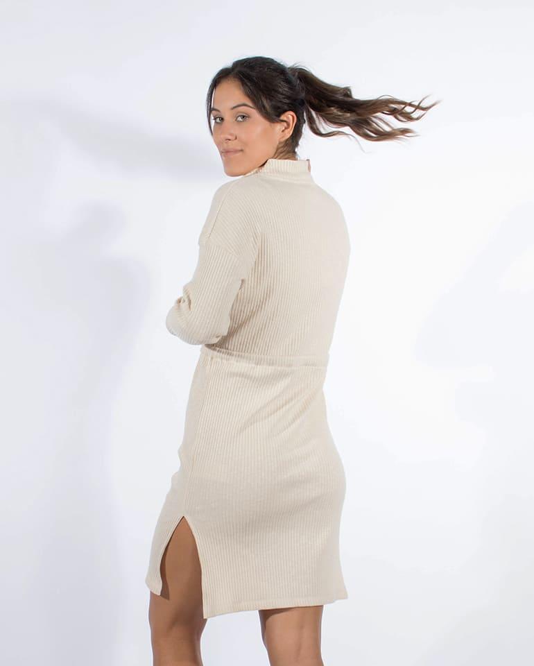 Fotografía del vestido canalé de manga de Blue Nattier por detrás.