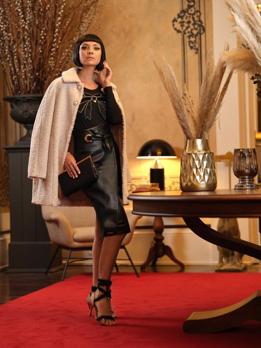Falda Negra con Abertura 1